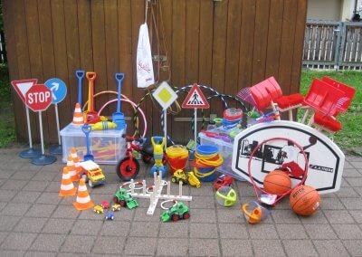 diverse Fahrzeuge sowie Straßenschilder für den Außenbereich